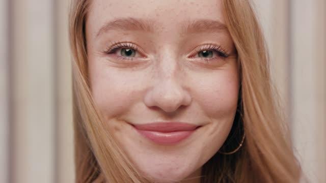 vídeos y material grabado en eventos de stock de felicidad sonriente a pelirroja mujeres contra fondo blanco - mujer bella