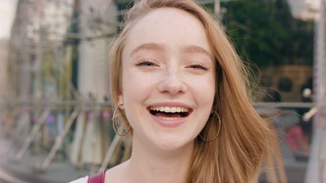happyness smiling redhead women in town - rude włosy filmów i materiałów b-roll