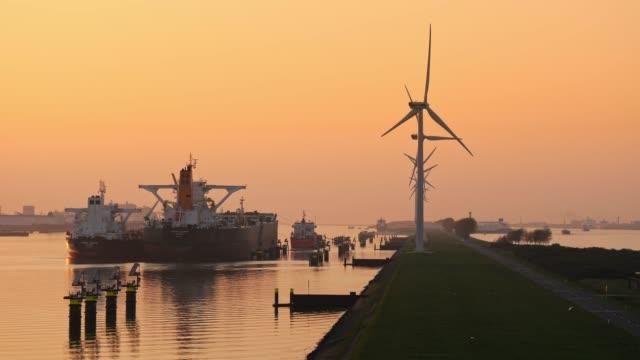 vídeos y material grabado en eventos de stock de puertos y turbinas eólicas - energía eólica