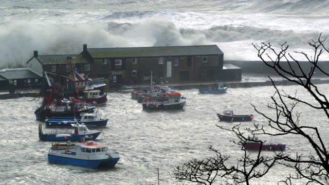 porto (porto) colpi da storm onde - costa caratteristica costiera video stock e b–roll