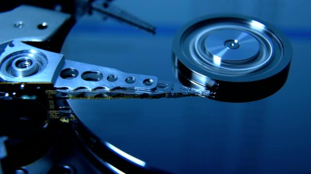 vídeos y material grabado en eventos de stock de cabeza de lectura de disco duro - disco audio analógico