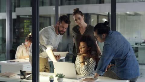 harte arbeit + teamwork = erfolg - junger erwachsener stock-videos und b-roll-filmmaterial