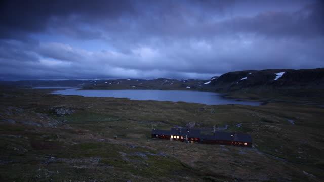 vídeos de stock e filmes b-roll de de hardangervidda - isolated house, exterior