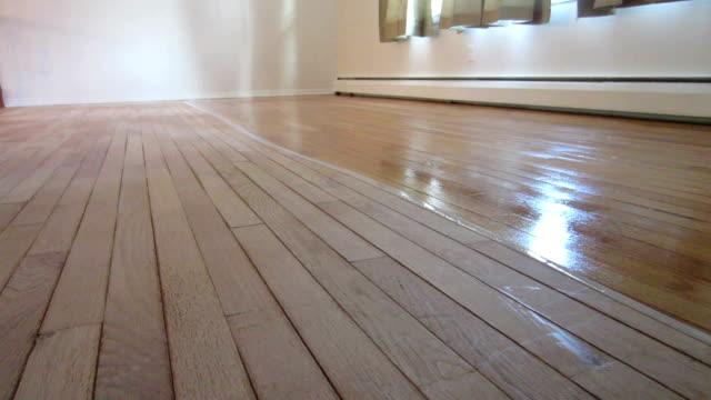 pavimento in legno massiccio, il ritocco-applicazioni di finitura - carta vetrata video stock e b–roll
