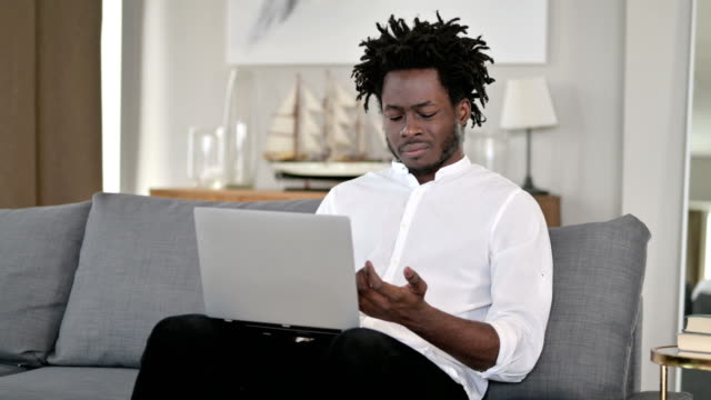 vídeos de stock e filmes b-roll de hardworking african man having wrist pain at home - músculo humano