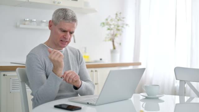 vídeos de stock e filmes b-roll de hardworking senior old man having wrist pain - músculo humano