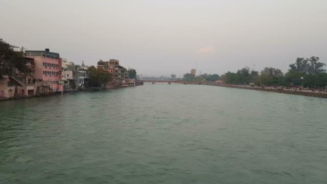 har-ki-pauri, at the bank of river ganga in haridwar, a pious place of hindu devotees - ghat filmów i materiałów b-roll