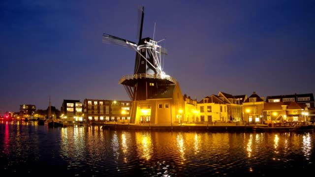 ハーレム ランドマーク風車・ デ ・ アドリアーン spaarne 川。ハーレム、 - オランダ点の映像素材/bロール