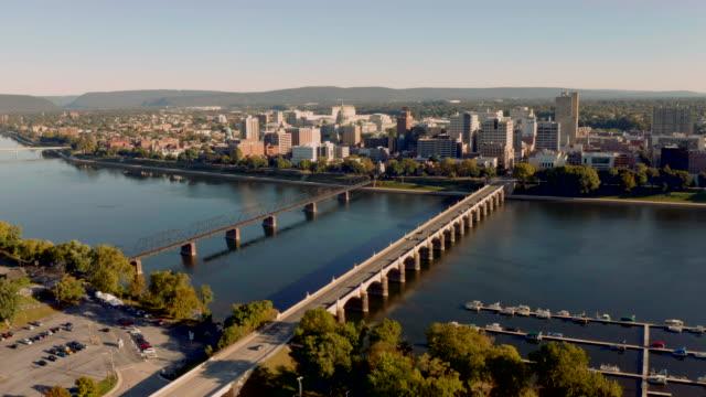 harrisburg state capital von pennsylvania am susquehanna river - pennsylvania stock-videos und b-roll-filmmaterial