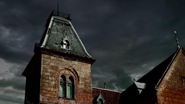haunted dachgeschoß zeitraffer  - dachboden stock-videos und b-roll-filmmaterial