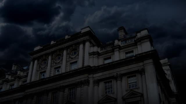 vídeos de stock, filmes e b-roll de haunted chateau noite & relâmpago (hd - castelo