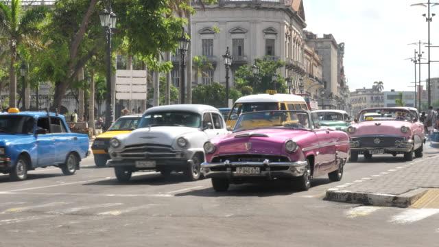 Havana center with vintage car Oldtimer im Zentrum von Havanna, Tourismus, vintage architecture stock videos & royalty-free footage