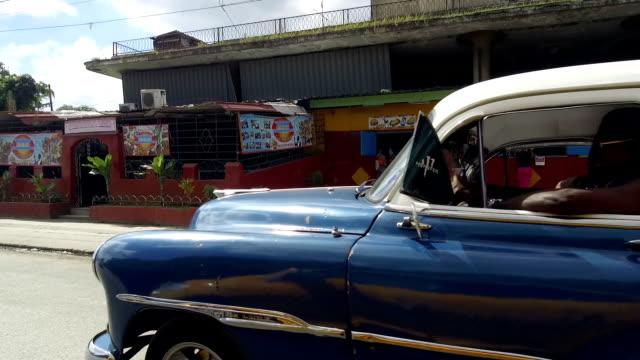 havanna-straßen mit leuchtenden farben und kubanischer lebensstil im sonnigen tag - kuba - havanna stock-videos und b-roll-filmmaterial