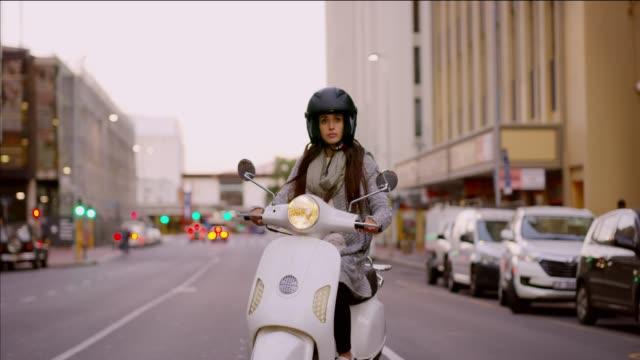 vídeos de stock e filmes b-roll de i have no problem with parking or traffic! - helmet motorbike