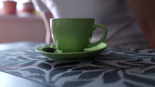 コーヒーを飲む - ソーサー点の映像素材/bロール