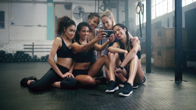 ha en fantastisk tid i gymmet - gym skratt bildbanksvideor och videomaterial från bakom kulisserna