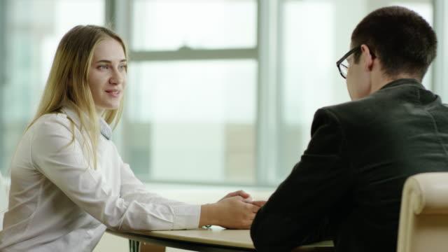 vídeos de stock, filmes e b-roll de ter uma entrevista de emprego - rh