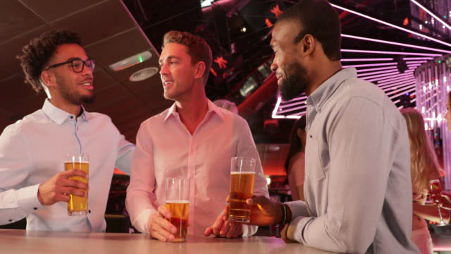 vídeos de stock e filmes b-roll de having a pint with the lads - happy hour
