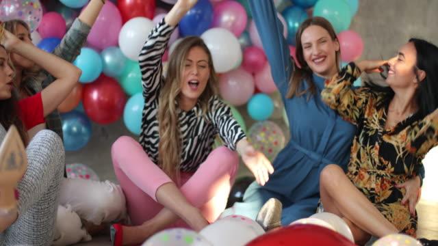 vídeos de stock e filmes b-roll de having an epic bachelorette party - mulher balões