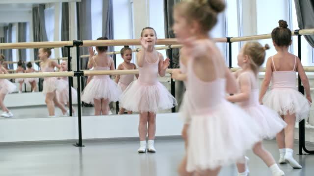 ダンスの授業の前に楽しんで - チュール生地点の映像素材/bロール