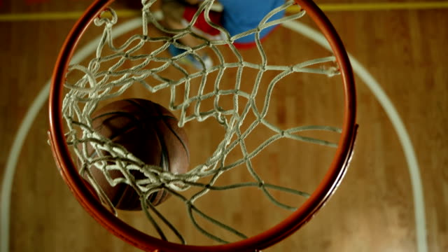 vídeos y material grabado en eventos de stock de hd cámara lenta: divertirse jugando baloncesto - basketball hoop
