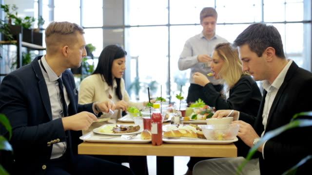 vídeos de stock e filmes b-roll de having lunch in self service restaurant, handheld shot - cantina