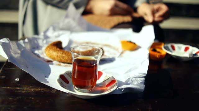 vídeos y material grabado en eventos de stock de con desayuno tradicional turco, bagel de simit y té con aceitunas - distrito eminonu
