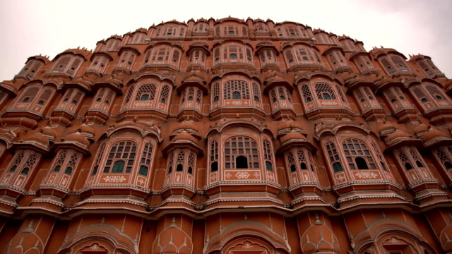 vídeos de stock, filmes e b-roll de palácio de hawa mahal ou palácio dos ventos na cidade de jaipur, india. - monumento
