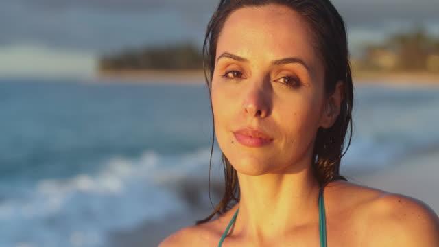 vidéos et rushes de hawaii beach modèle - décolleté