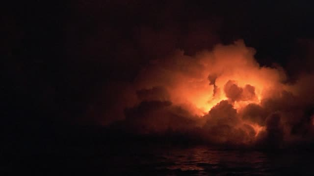 vídeos de stock, filmes e b-roll de havaí. erupção. lava ardente. - inferno fogo