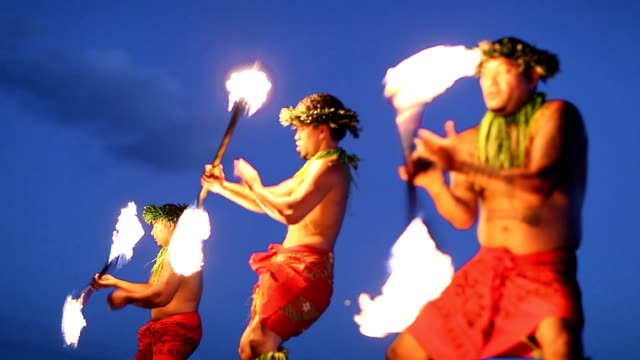 stockvideo's en b-roll-footage met hawaii fire dancers - culturen