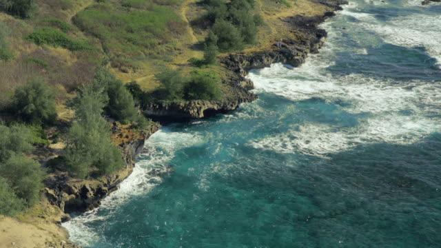 vídeos de stock e filmes b-roll de praia havaiana uav monótona filmagem aérea - montanha costeira