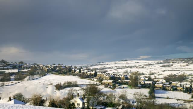 stockvideo's en b-roll-footage met haworth, yorkshire in de sneeuw - engeland