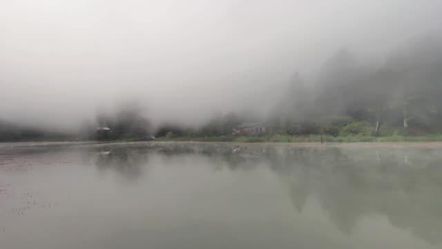 haze an der oberfläche des sees - ankara türkei stock-videos und b-roll-filmmaterial