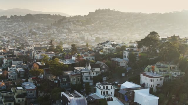 hazy sunlight on san francisco streets-aerial - stadtviertel stock-videos und b-roll-filmmaterial