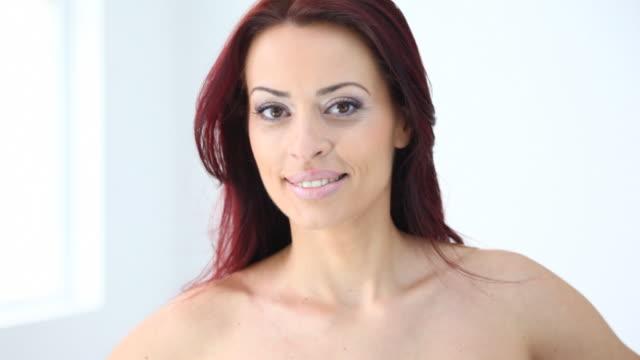 vídeos y material grabado en eventos de stock de hd720: atractiva mujer de pelo roja - diez segundos o más