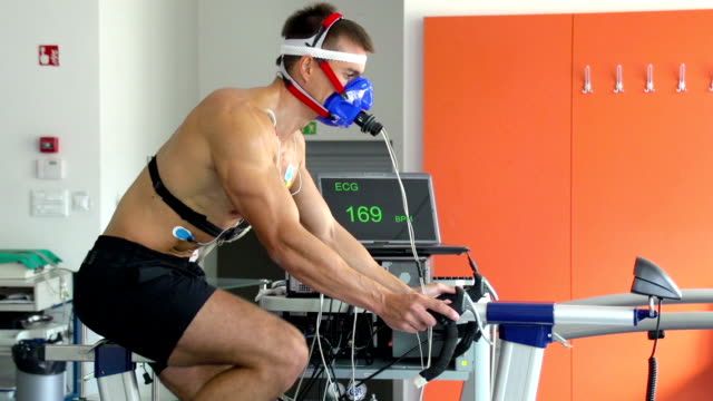 HD: atleta realiza ECG y VO2 prueba en bicicleta - vídeo