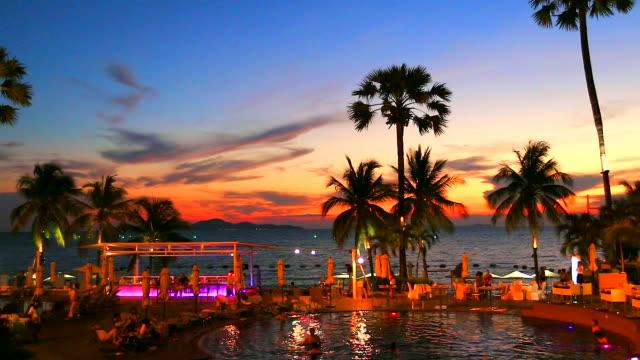 HD: Festa in spiaggia dopo bellissimo sunset. (Time Lapse) - video