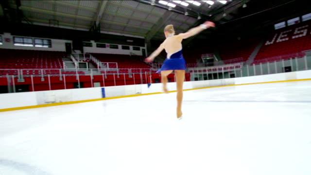 hd:beautiful female figure skater performing pirouette - piruett bildbanksvideor och videomaterial från bakom kulisserna
