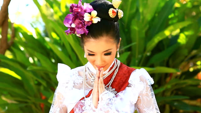 HD:Beautiful Thai women show Thailand's greeting style. video