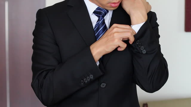 HD:Businessman adjusting suit and tie. video