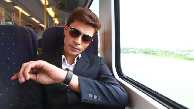 HD: hombre de viaje en tren. - vídeo