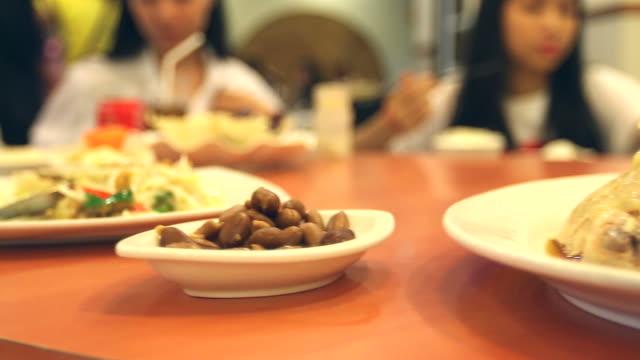 HD: comida china en China apoye mesa estilo. - vídeo