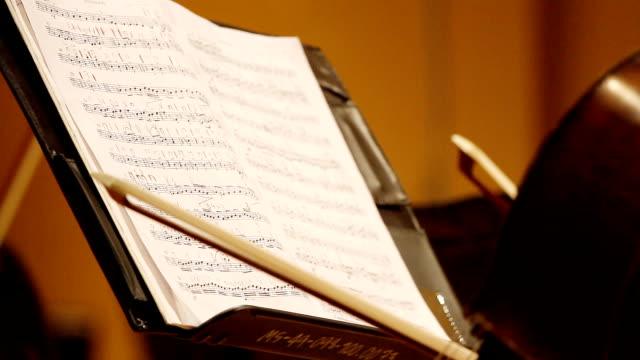 hd :クローズアップミュージカルノートシートます。 - オペラ点の映像素材/bロール