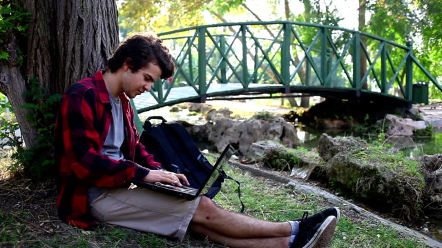 vidéos et rushes de hd :  communication en plein air - 18 19 ans