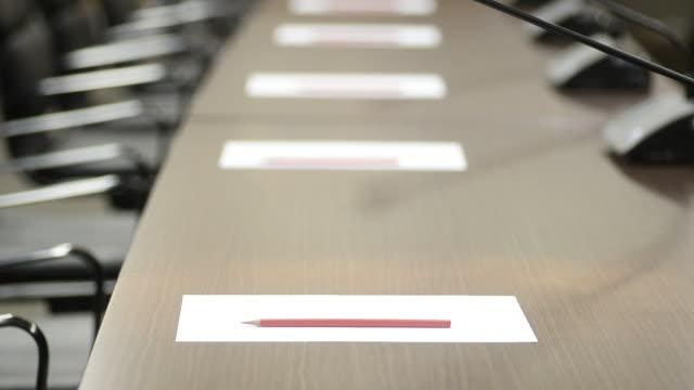 hd: konferenzraum vor seminar - konferenztisch stock-videos und b-roll-filmmaterial