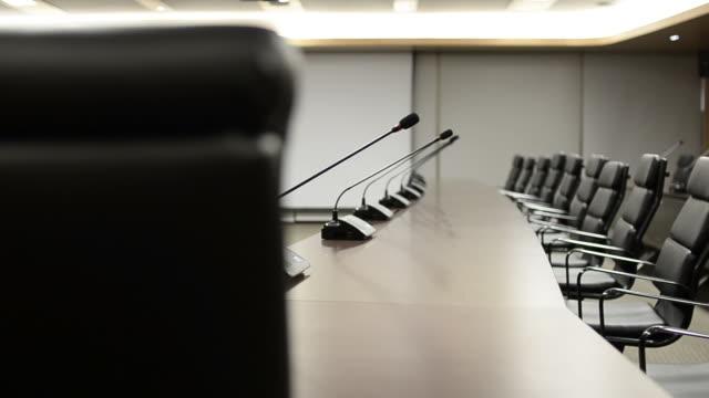 hd: конференц-зал современный дизайн интерьеров - empty room стоковые видео и кадры b-roll