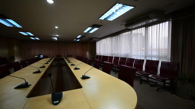 hd: sala konferencyjna nowoczesne biuro - drewno tworzywo filmów i materiałów b-roll
