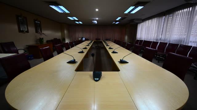 hd: sala conferenze moderno ufficio - sala conferenze video stock e b–roll