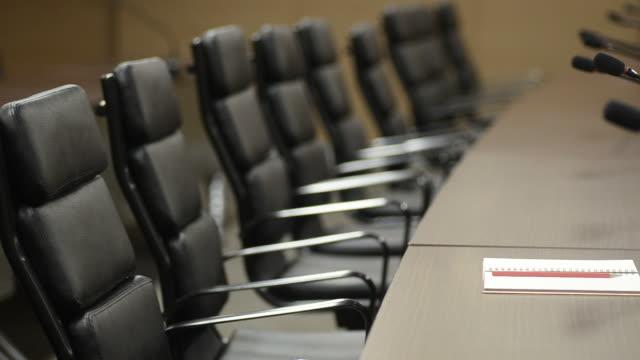 hd: konferenzraum modernen büro mit notebook - konferenztisch stock-videos und b-roll-filmmaterial
